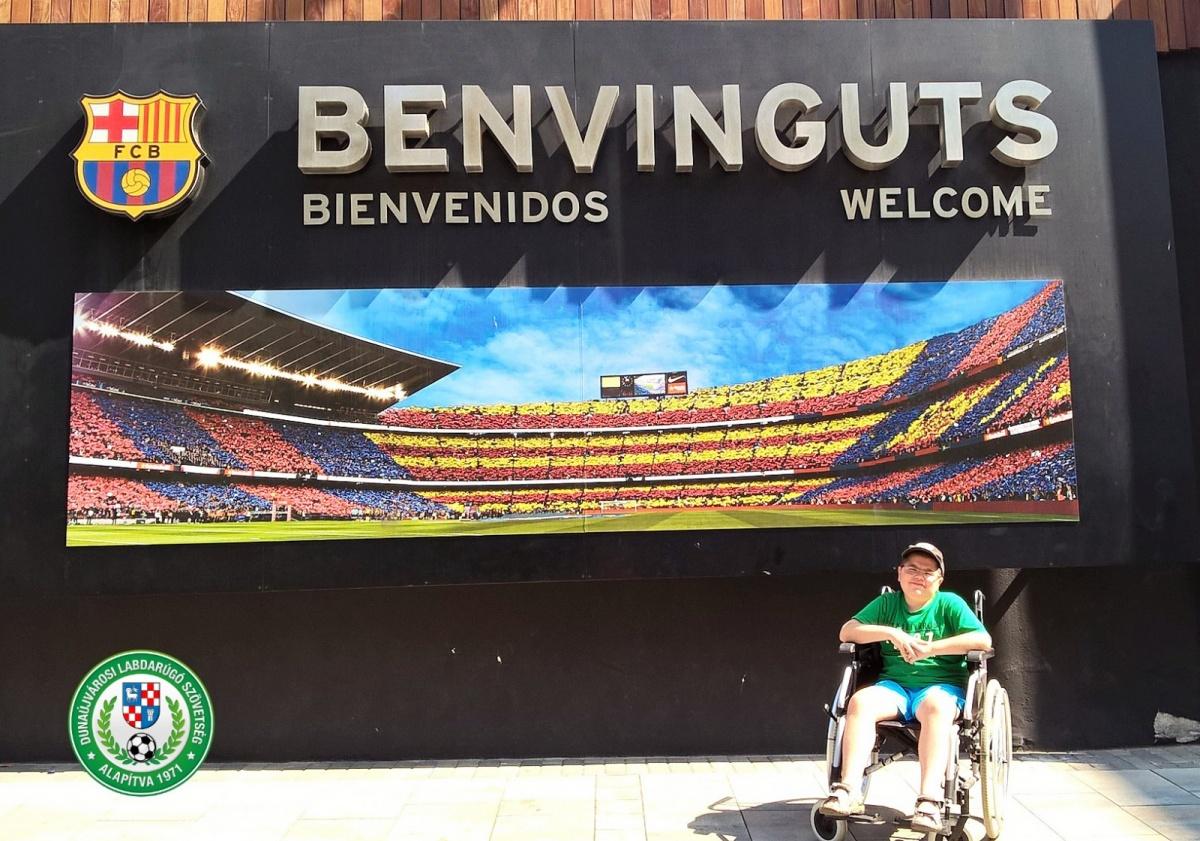 Szatmári Ádám a Barcelona FC Stadionja előtt