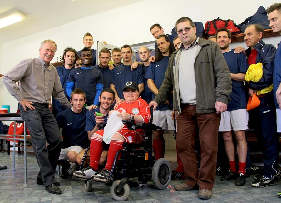 Szatmári Ádám a DPASE öltözőjében a dunaújvárosi focistákkal
